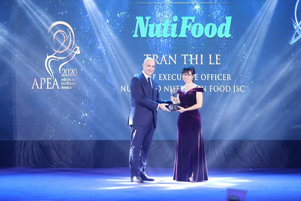 """Bác sĩ Trần Thị Lệ là nữ đại diện duy nhất của ngành sữa nhận giải """"Doanh nhân xuất sắc Châu Á"""" 2020."""